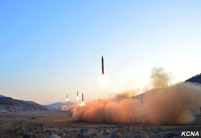 Khoảnh khắc 4 tên lửa Triều Tiên đồng loạt rời bệ phóng - 2