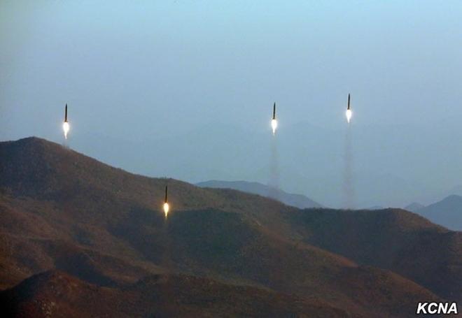 Khoảnh khắc 4 tên lửa Triều Tiên đồng loạt rời bệ phóng - 3