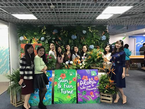 Nam đồng nghiệp mặc quần đùi, áo hoa nhảy tưng bừng mừng 8/3 - 4