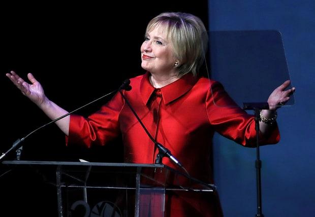 Bà Clinton xuất hiện với vẻ ngoài khác lạ sau thất cử - 1