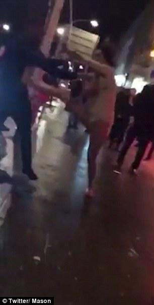 Anh: Cô gái mặc váy ngắn tung cước hạ gục hai người - 1