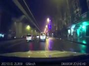 Tin tức trong ngày - Video: Hoảng hồn thanh niên lao vào ôtô giữa phố Hà Nội