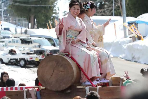 """Thiếu nữ Nhật Bản háo hức dự lễ rước """"của quý"""" khổng lồ - 3"""