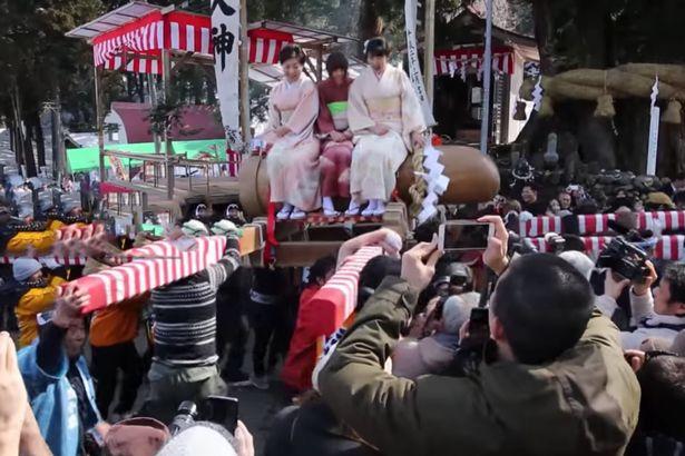 """Thiếu nữ Nhật Bản háo hức dự lễ rước """"của quý"""" khổng lồ - 1"""