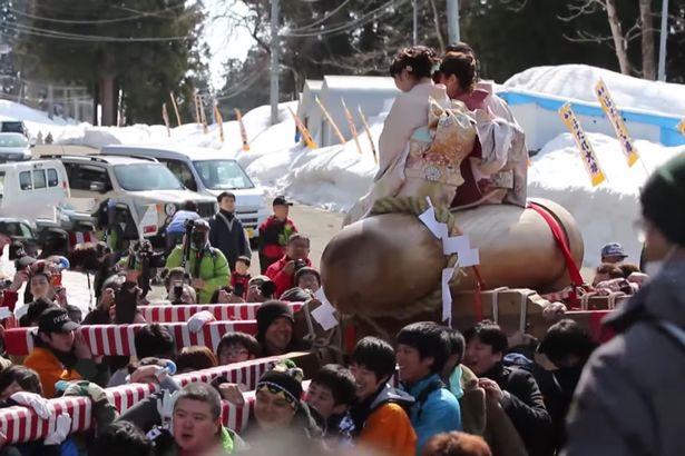"""Thiếu nữ Nhật Bản háo hức dự lễ rước """"của quý"""" khổng lồ - 4"""