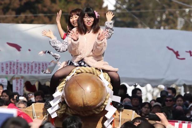 """Thiếu nữ Nhật Bản háo hức dự lễ rước """"của quý"""" khổng lồ - 2"""