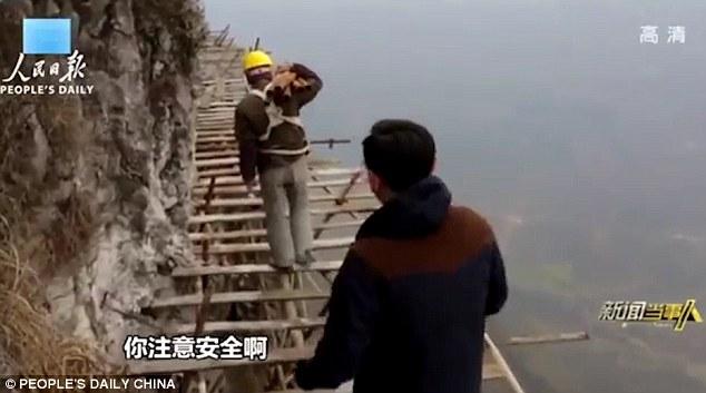 Công nhân TQ đối mặt tử thần trên vách núi cao 1.700 mét - 2