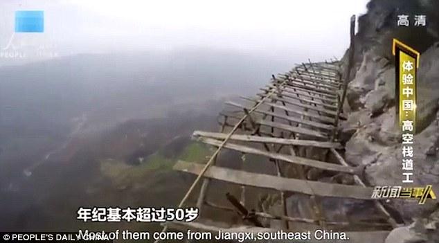 Công nhân TQ đối mặt tử thần trên vách núi cao 1.700 mét - 3