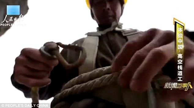 Công nhân TQ đối mặt tử thần trên vách núi cao 1.700 mét - 4
