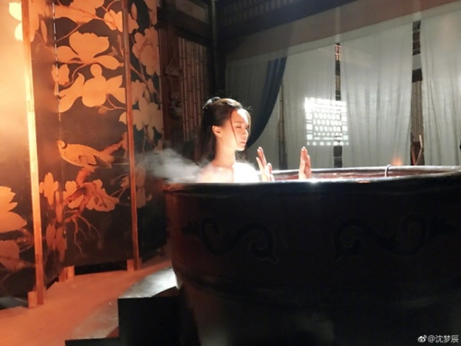 Mới đây, MC Thẩm Mộng Thần khiến nhiều người ngạc nhiên khi đăng ảnh hậu trường cảnh tắm trong một bộ phim cổ trang mà cô tham gia. Trong ảnh, diễn viên sinh năm 1989 ngồi trong bồn tắm, để lộ đôi vai trần gợi cảm trong hơi nước mờ ảo.