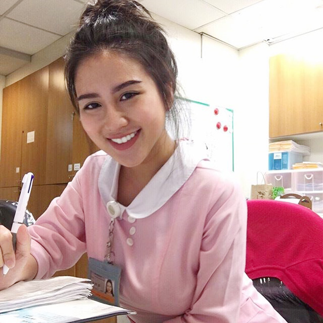"""Carina Linn (23 tuổi) - được mệnh danh nữ y tá sexy nhất thế giới, đang  """" khuấy đảo """"  cộng đồng mạng Việt trong những ngày gần đây. & nbsp;"""