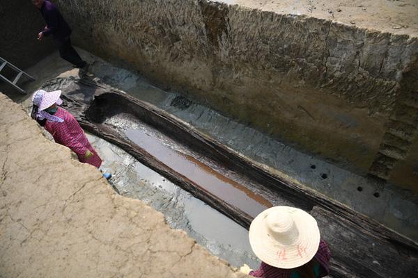 Đào được 200 quan tài cổ nghìn năm dài như thuyền ở TQ - 1