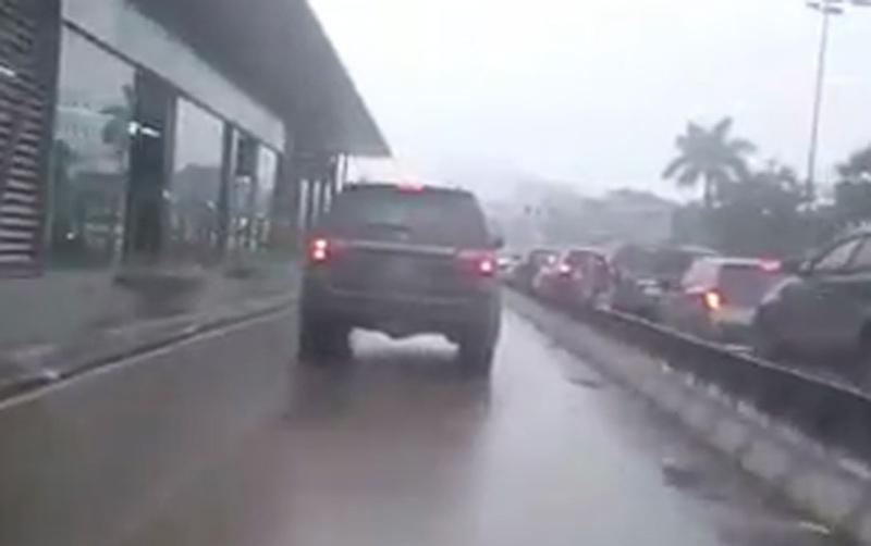 Clip: Ô tô gắn biển xanh vi vu trên đường của xe buýt BRT - 1
