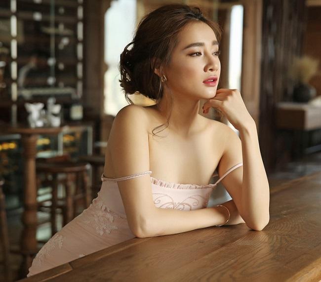 Váy áo hai dây được nhiều sao nữ trong làng giải trí ưa chuộng, không chỉ có Nhã Phương.
