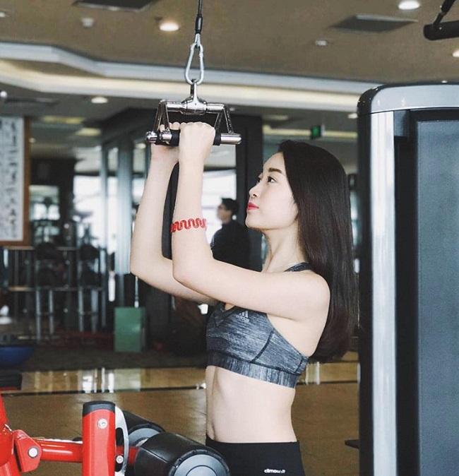 4 hoa hậu Việt độc thân mặc đồ gym bó sát khiến mày râu mê mệt - 3