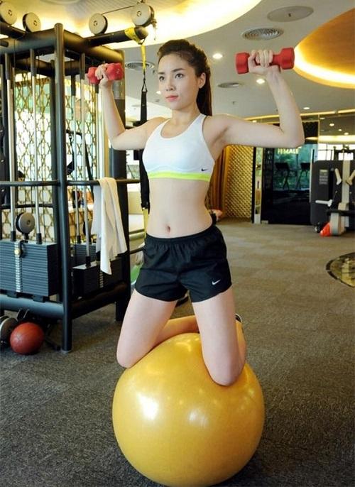 4 hoa hậu Việt độc thân mặc đồ gym bó sát khiến mày râu mê mệt - 9