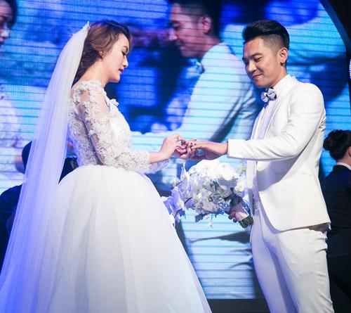 Hoài Lâm nắm tay bạn gái không rời tại đám cưới Mai Quốc Việt - 12