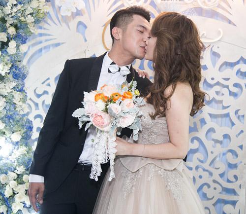 Hoài Lâm nắm tay bạn gái không rời tại đám cưới Mai Quốc Việt - 13