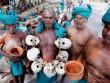 Đeo hộp sọ của bạn bè đã chết để biểu tình ở Ấn Độ