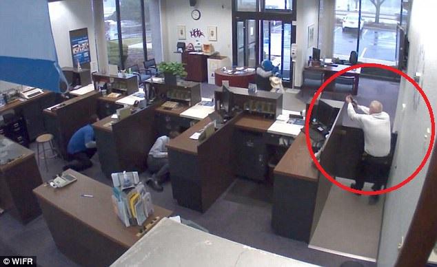 Cựu cảnh sát Mỹ bắn chết kẻ cướp ngân hàng như phim - 1