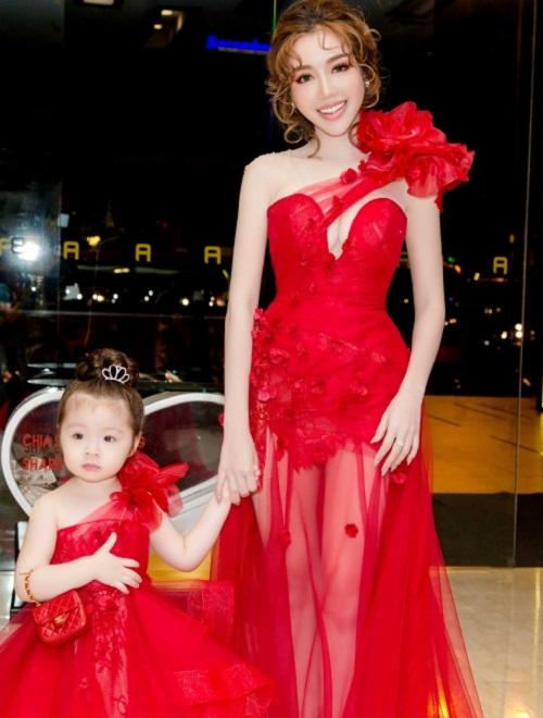 Hà Kiều Anh, Elly Trần mặc thấu da, gợi cảm nhất tuần - 2
