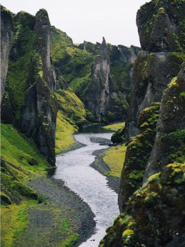 Du khách có thể đi bộ dọc hay vào bên trong hẻm núi Fjadrárgljúfur ở phía nam Iceland.