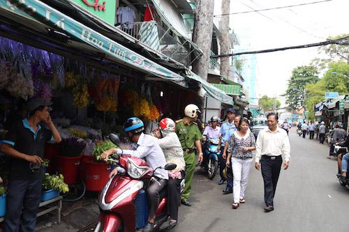 """Chợ hoa ở SG thông thoáng bất ngờ giữa """"cuộc chiến"""" vỉa hè - 10"""