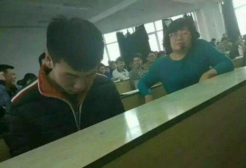 """Cô giáo ngồi cạnh, nam sinh vẫn chơi game """"quên cả lối về"""" - 1"""