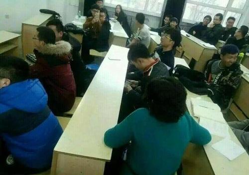 """Cô giáo ngồi cạnh, nam sinh vẫn chơi game """"quên cả lối về"""" - 2"""