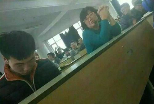 """Cô giáo ngồi cạnh, nam sinh vẫn chơi game """"quên cả lối về"""" - 3"""