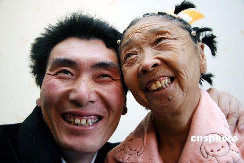 """Bà lão 71 tuổi căng mặt để xứng với """"phi công trẻ"""" - 1"""
