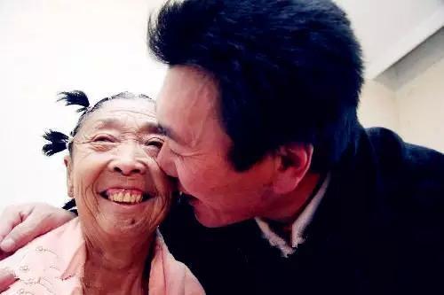 """Bà lão 71 tuổi căng mặt để xứng với """"phi công trẻ"""" - 3"""