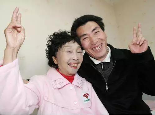 """Bà lão 71 tuổi căng mặt để xứng với """"phi công trẻ"""" - 7"""