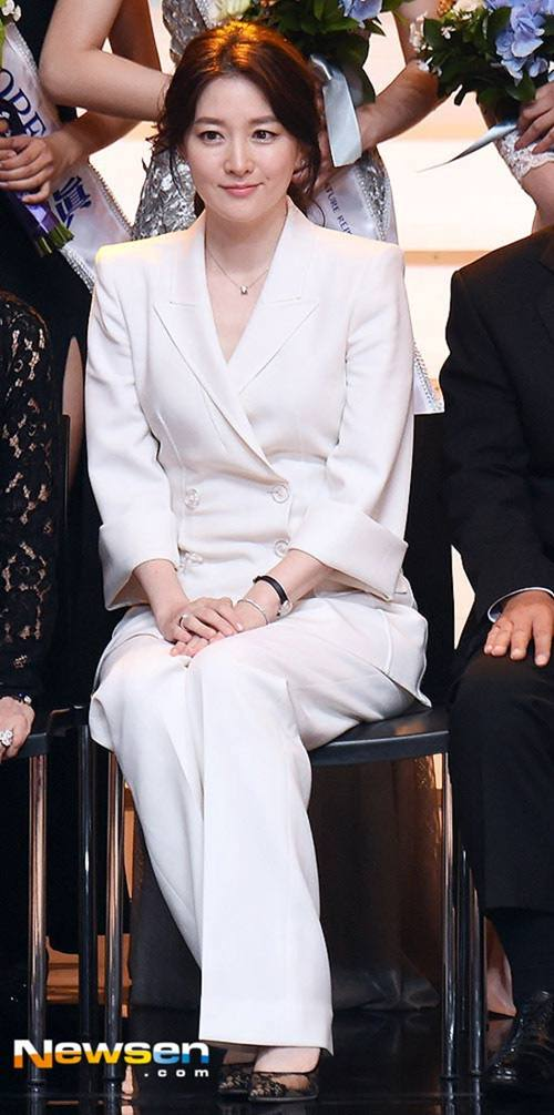 """Chiếc áo """"thần thánh"""" cô gái Hàn nào cũng thích - 13"""