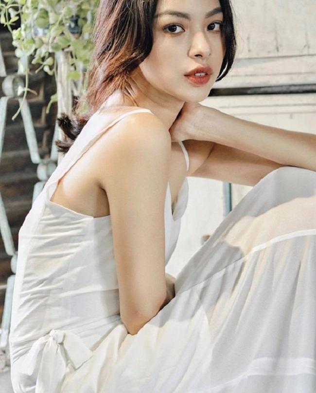 Nhân vật đầu tiên góp mặt trong danh sách top 10 là Tú Hảo. Người đẹp sinh năm 1996, hiện đang là sinh viên của trường Đại học Sân khấu Điện ảnh TPHCM.