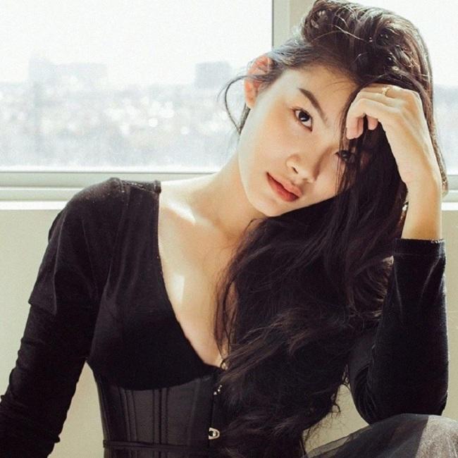 Nguyễn Thị Cẩm Tú: Cẩm Tú là con gái của nữ diễn viên Kiều Trinh. Ngoài vai trò đi theo nghiệp diễn của mẹ, cô nàng 20 tuổi còn rất nổi danh trong cộng đồng mạng với những shoots hình đẹp.
