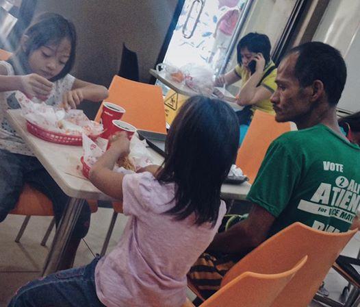 Xúc động ông bố nhịn đói để cho con gái ăn sang chảnh - 1