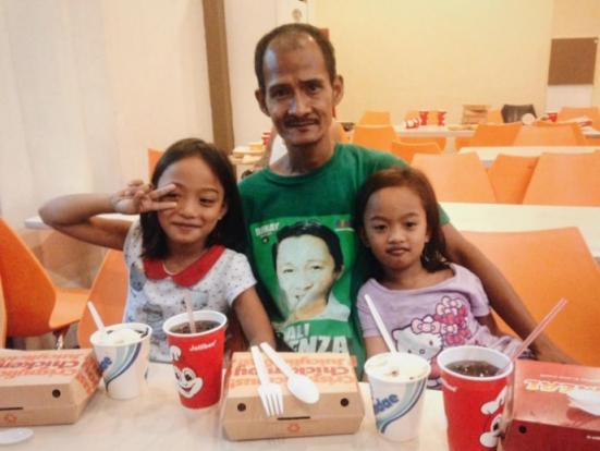 Xúc động ông bố nhịn đói để cho con gái ăn sang chảnh - 2