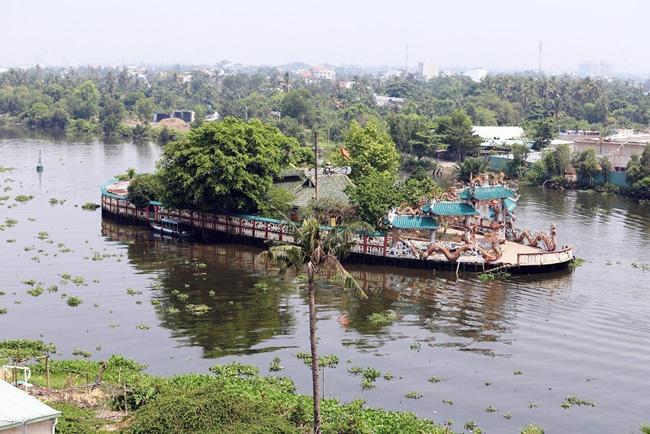 Nằm giữa sông Vàm Thuật, một nhánh của sông Sài Gòn, miếu Phù Châu hay còn gọi là Miếu Nổi (thuộc phường 5, quận Gò Vấp, TP.HCM) tồn tại như một ốc đảo giữa sông. & nbsp;