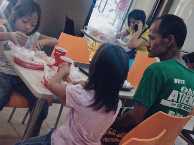 Xúc động ông bố nhịn đói để cho con gái ăn sang chảnh