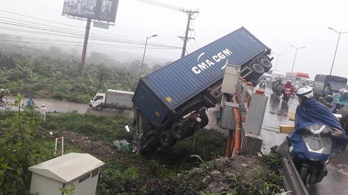 HN: Tránh va chạm giao thông, container treo lơ lửng trên cầu Thanh Trì - 1
