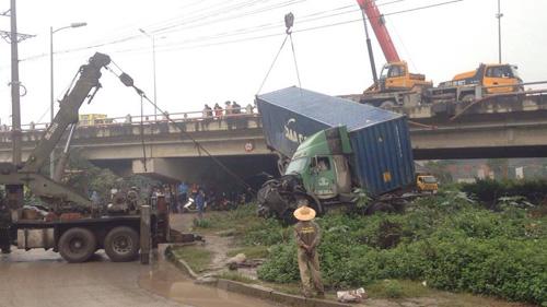 HN: Tránh va chạm giao thông, container treo lơ lửng trên cầu Thanh Trì - 4