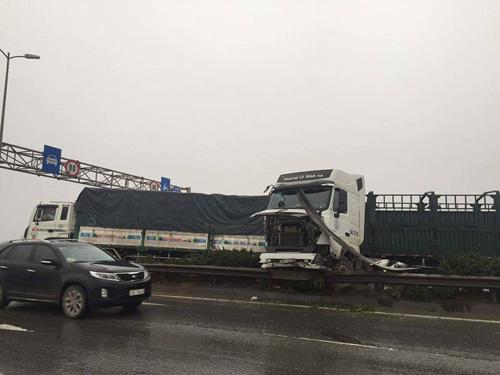HN: Tránh va chạm giao thông, container treo lơ lửng trên cầu Thanh Trì - 3