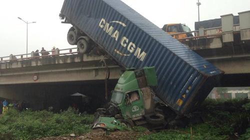 HN: Tránh va chạm giao thông, container treo lơ lửng trên cầu Thanh Trì - 2