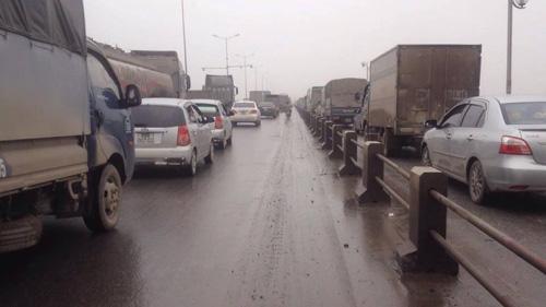 HN: Tránh va chạm giao thông, container treo lơ lửng trên cầu Thanh Trì - 5