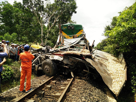 Đường sắt Bắc-Nam tê liệt do xe tải dính chặt tàu lửa - 3
