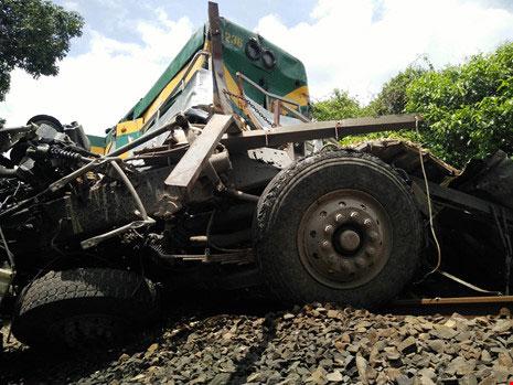 Đường sắt Bắc-Nam tê liệt do xe tải dính chặt tàu lửa - 4