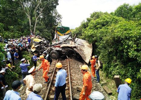 Đường sắt Bắc-Nam tê liệt do xe tải dính chặt tàu lửa - 1