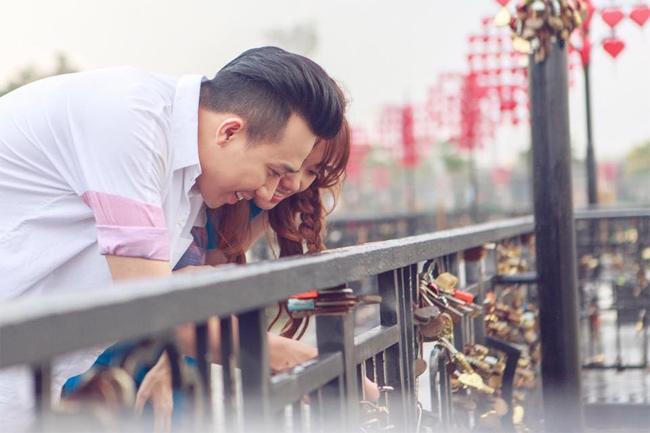 """Không chỉ đặt toàn bộ niềm tin vào vợ, Trấn Thành cũng là mẫu đàn ông rất tâm lý, lãng mạn khi đưa cô du ngoạn khắp nơi và cùng khóa ổ khóa tình yêu như những đôi tình nhân trẻ. Được biết, trên ổ khóa của cả hai đã khắc chữ  """" Trấn Thành - Hari Won - 25/12/2016 """"  để kỷ niệm ngày cưới của cả cặp đôi."""