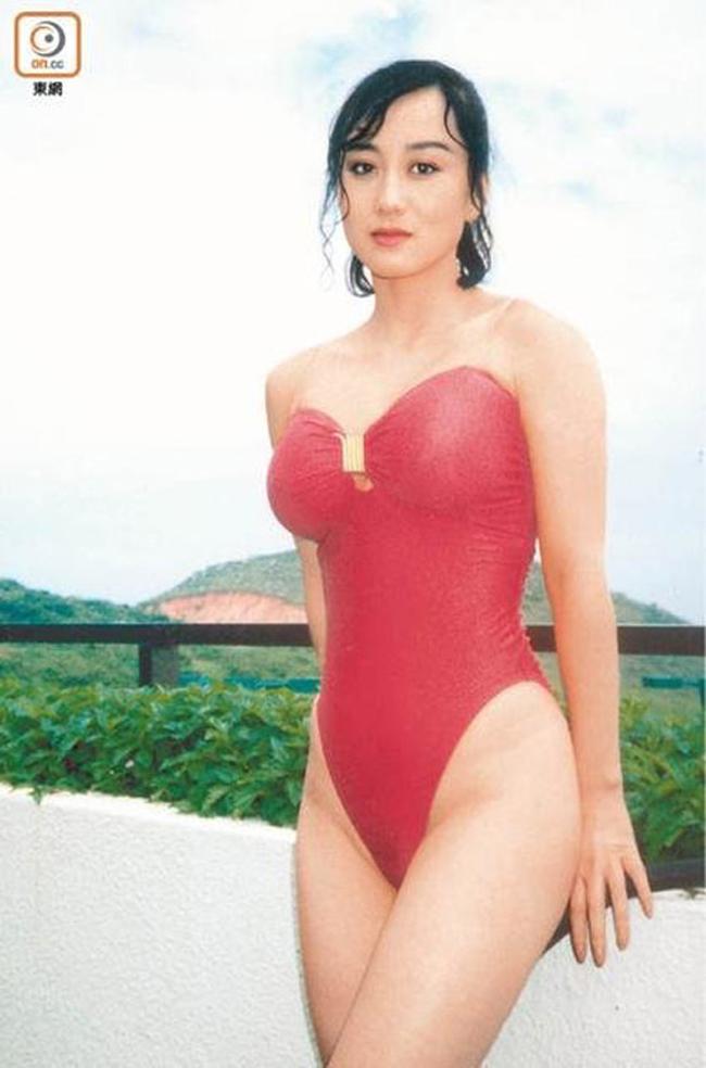 """Bà xã của Lý Liên Kiệt không những diện bikini khoét hông táo bạo mà còn  """" quên nội y ' ."""